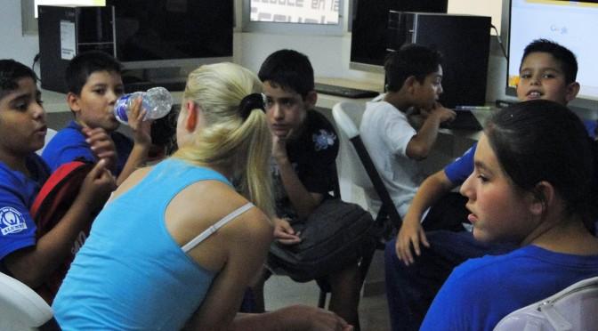 Clases de inglés con la maestra voluntaria Yulia de Ucrania